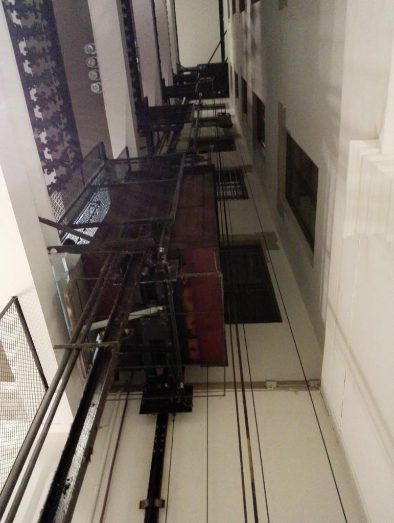 Лифт ходит в атриуме и выглядит как музейный экспонат