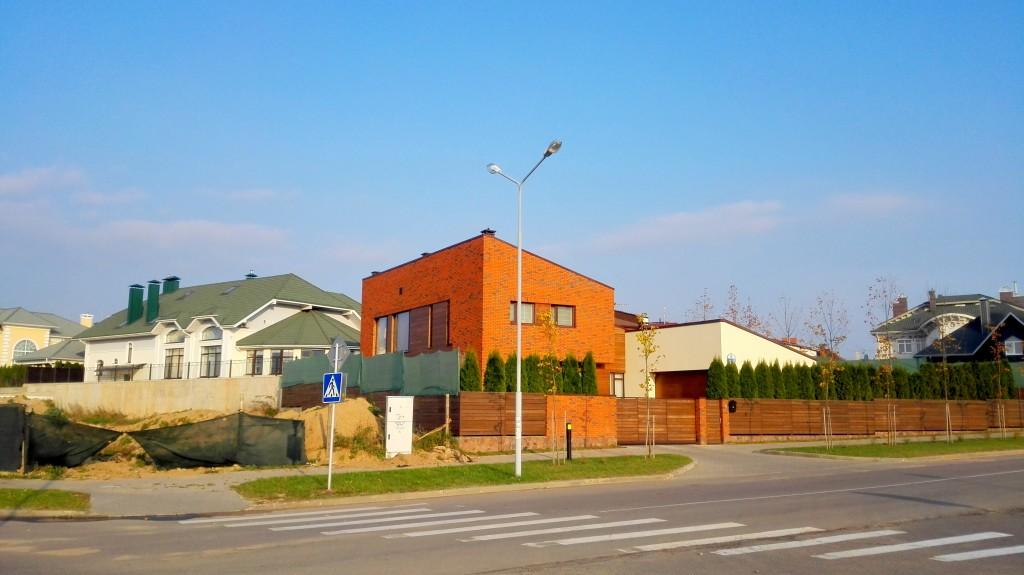 Очень нетипичный для поселка дом - небольшой, с нескучным фасадом