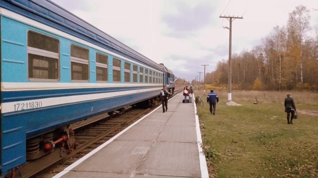 Я подсчитал: из поезда вышло 4 человека, не считая нас и кондукторов.