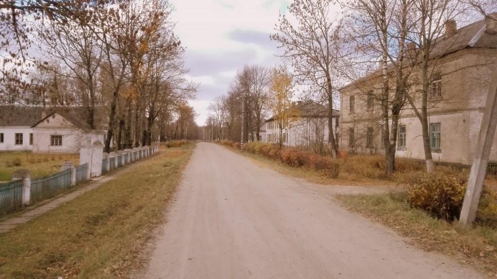 В глубине поселка можно встретить заброшенные двухэтажные дома