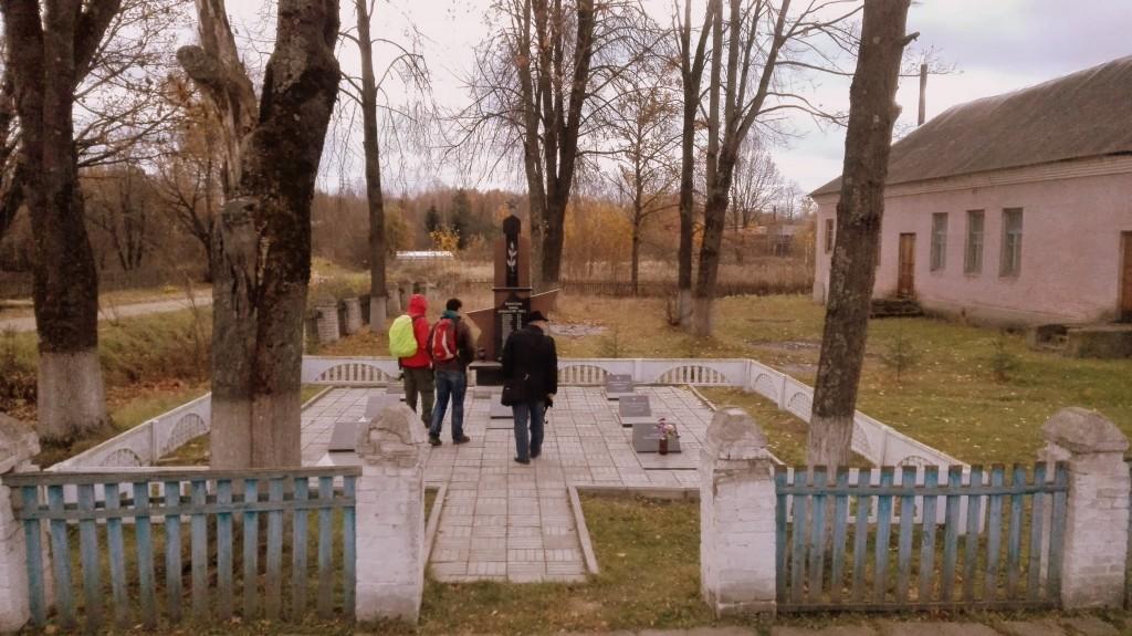 Единственное досмотренное место - памятник павшим воинам. Шестеровка была оккупирована в 41-43-м годах