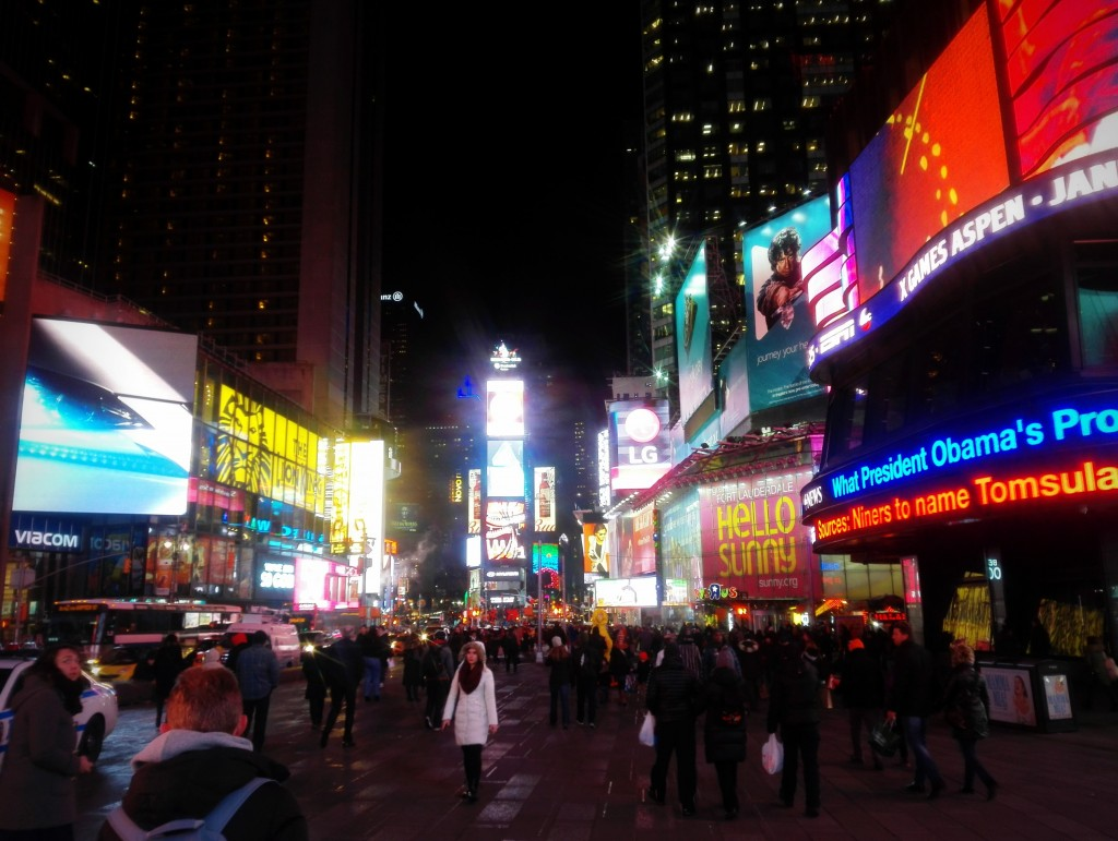Главная площадь Нью-Йорка сверкает огнями в миллионы люмен