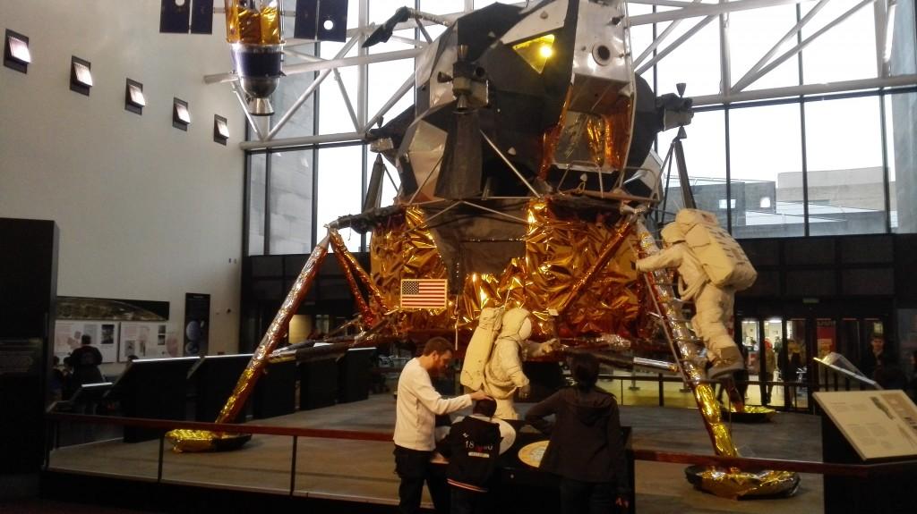 Спускаемый модуль Аполлона, умел приземляться на Луну