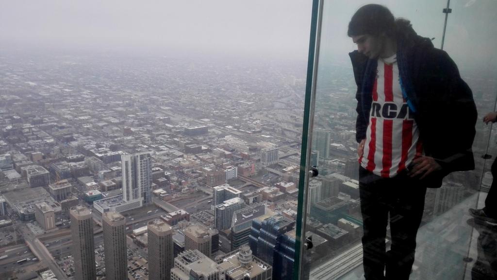 Знаменитый glass ledge - стеклянный балкон на высоте 103 этажа. Выходить страшновато, особенно памятуя, как тут треснуло стекло под ногами туристов.