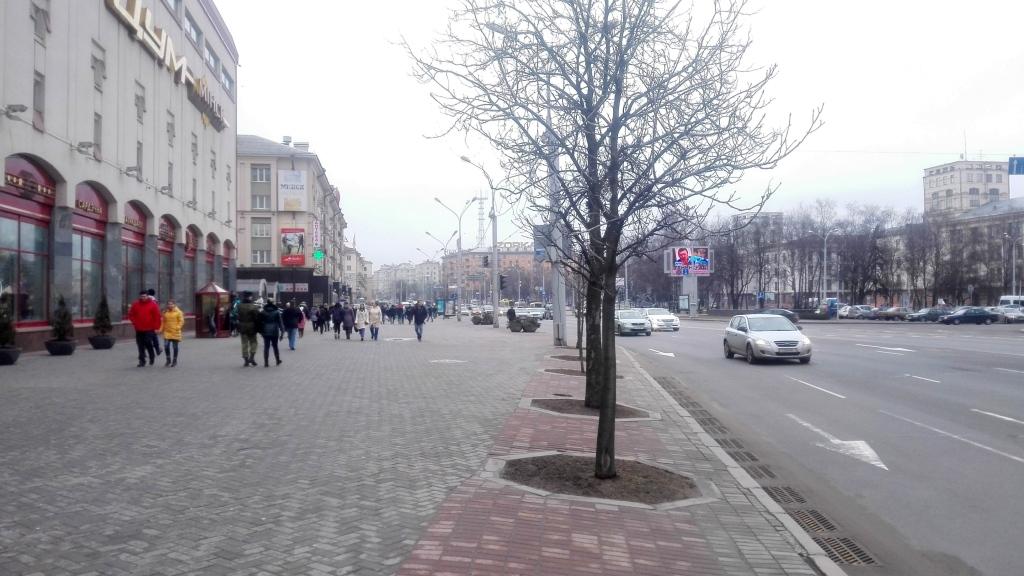 Центр в районе площади Якуба Коласа. На восток он сужается до ширины проспекта