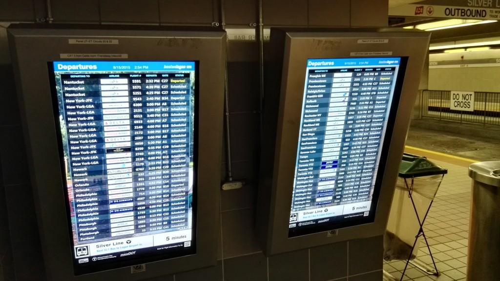 Прямо на станции горит табло отправлений из международного аэропорта Логана