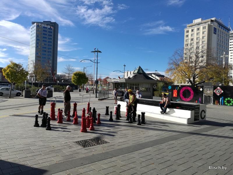 Эти шахматы можно найти на многих фотографиях города до, во время и после землетрясения