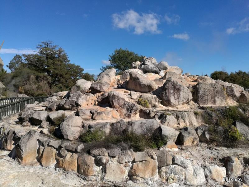 Сложенный из камней фундамент для гейзера (непериодической активности)