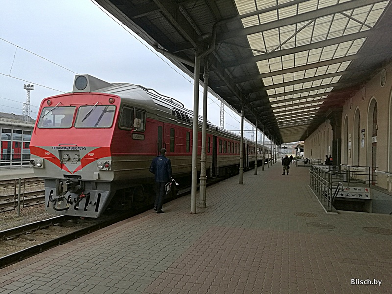 Модернизированный трехвагонный ДР1А, везший нас в Марцинконис