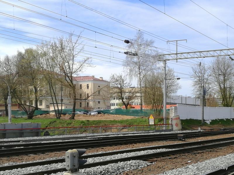 Оборачиваюсь назад: видны земляные работы на месте слияния первого кольца и Московской улицы. Здесь должно быть снесено здание ДОСААФ (Московская, 6)